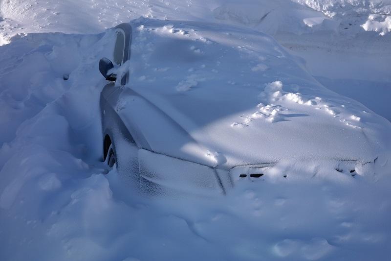 Снег на авто — чистить или нет?